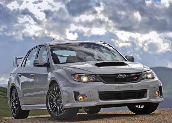 Subaru Impreza frontale statica su collina grigia