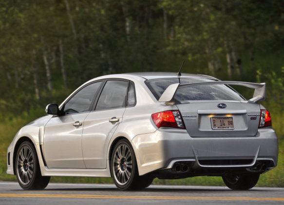 Subaru Impreza 3/4 laterale posteriore in movimento grigia