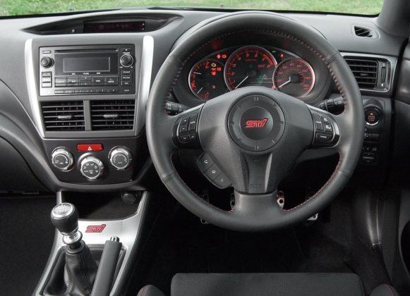 Subaru Impreza dettaglio volante a destra, cruscotto e cambio