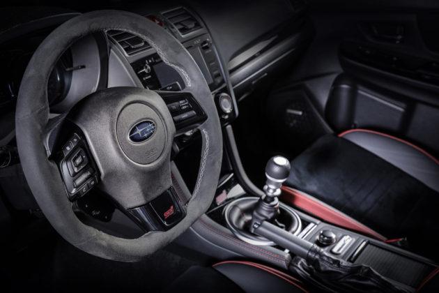 Subaru Impreza dettaglio volante in pelle e cambio