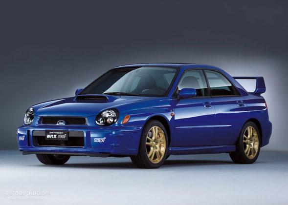 Subaru Impreza WRX STI 2001 3/4 laterale anteriore sinistra statica blu con cerchioni in oro