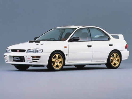 Subaru Impreza WRX STI 1998 3/4 laterale anteriore sinistra statica bianca con cerchioni in oro