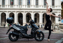 Kymco laterale su cavalletto statica in piazza
