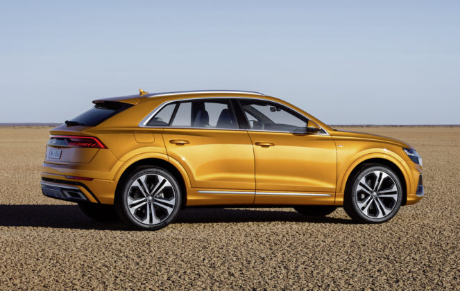 Audi Q8 dragon orange laterale statica sulla spiaggia