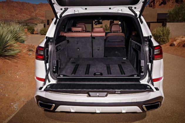Nuova BMW X5 dettaglio bagagliaio aperto