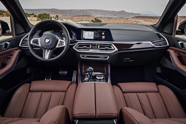 Nuova BMW X5 dettaglio volante cruscotto e schermo centrale