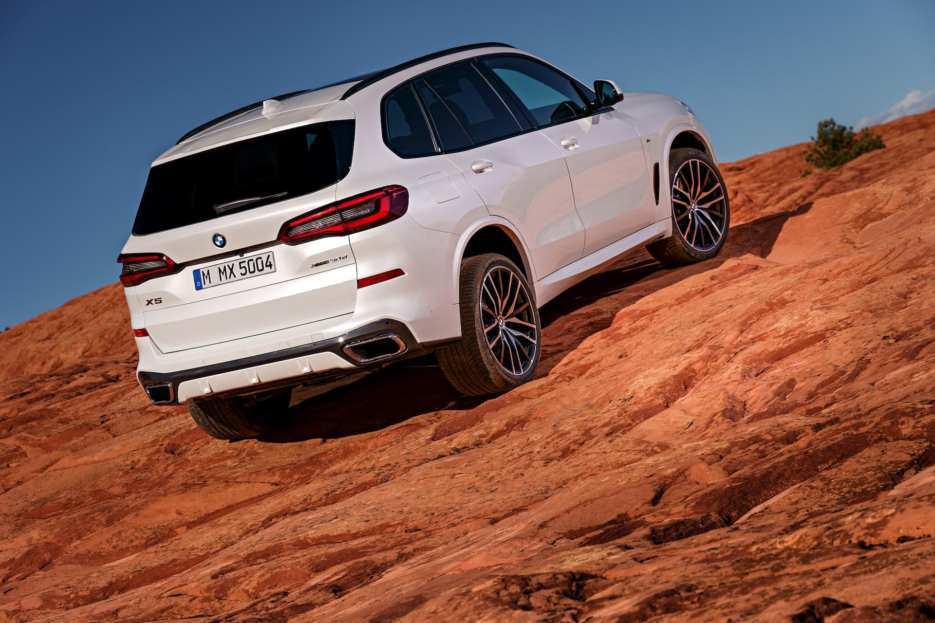 Nuova BMW X5 3/4 laterale posteriore destra statica in montagna bianca