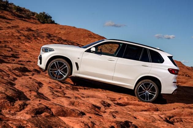 Nuova BMW X5 laterale sinistra statica in montagna bianca
