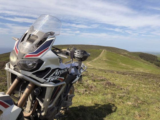 Tourist Trophy 2018 Africa Twin su collina dell'isola