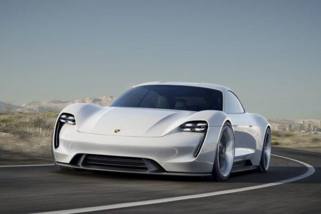 Porsche Taycan frontale movimento
