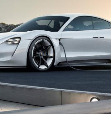 Porsche Taycan 3/4 laterale anteriore sinistra statica in carica