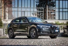 Alfa Romeo Stelvio nera 3/4 laterale anteriore destra statica