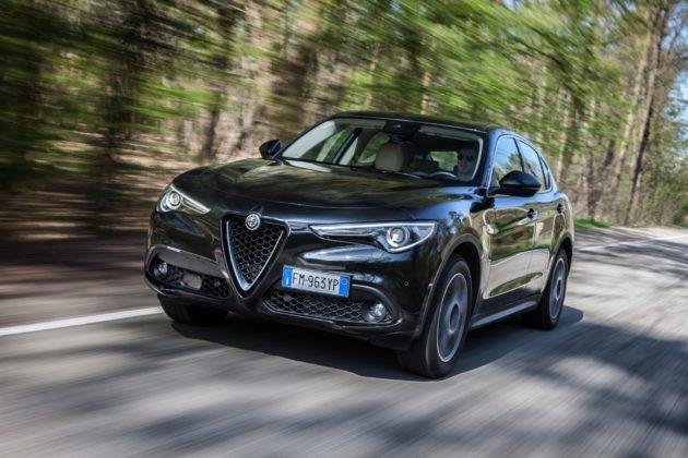 Alfa Romeo Stelvio 3/4 laterale anteriore sinistra in movimento su strada