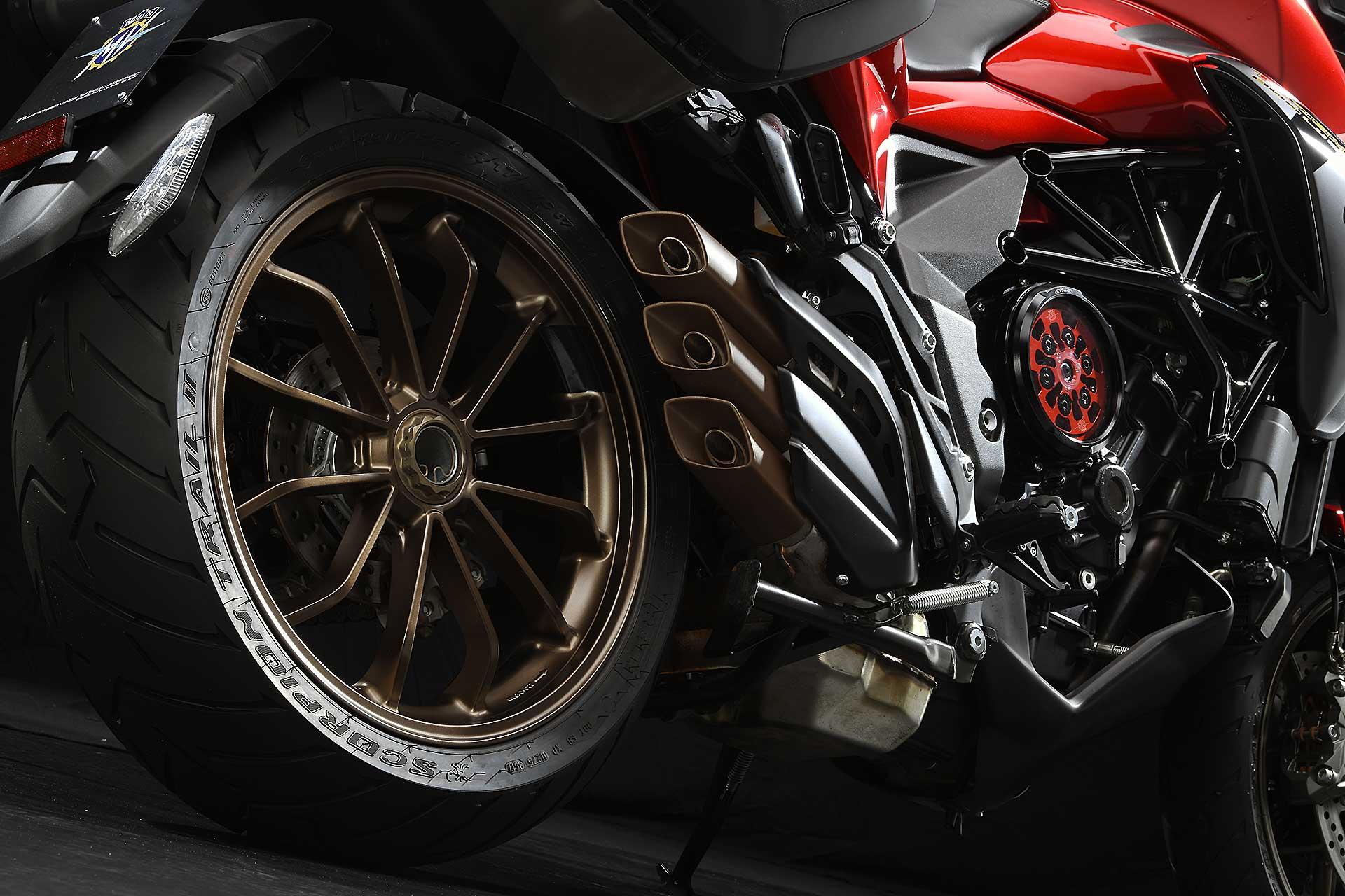 MV Agusta Turismo Veloce Lusso SCS rossa dettaglio triplo scarico