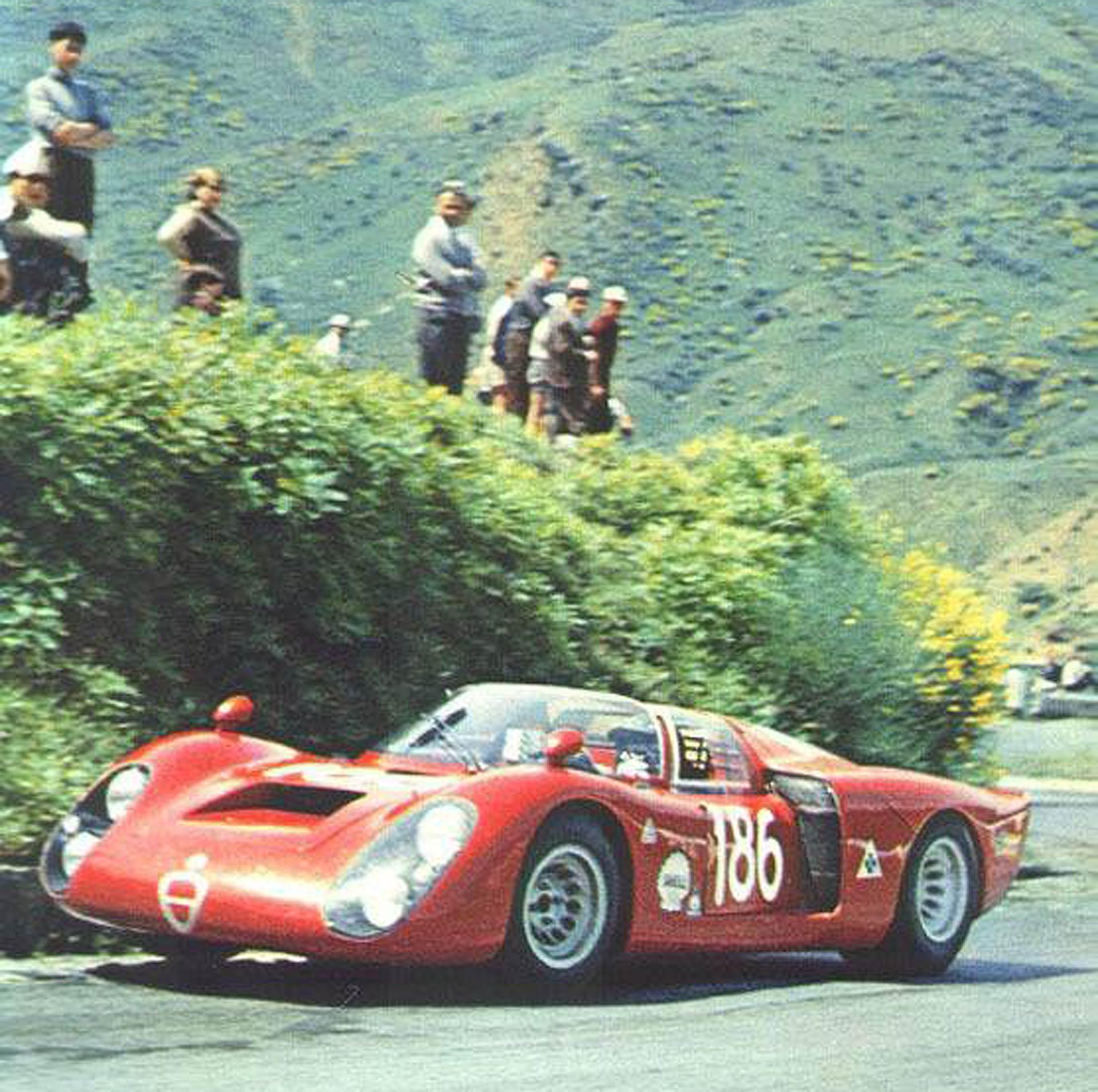 Un'Alfa Romeo da corsa impegnata in un'edizione della Targa Florio degli anni che furono