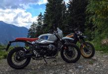 le due moto BMW R nineT g/S e la Ducati Scrambler Desert Sled fotografate su un sentiero di montagna