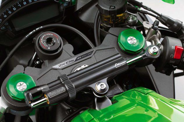 Kawasaki Ninja ZX 10RR 2019 dettaglio piastra forcella con targhetta numerata