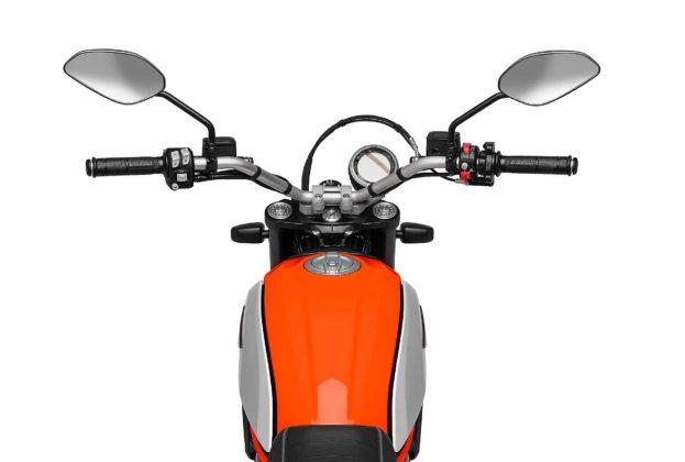 Ducati Scrambler icon 800 2019 particolare serbatoio con strumentazione