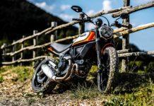 Ducati Scrambler icon 800 2019 appoggiata a una staccionata