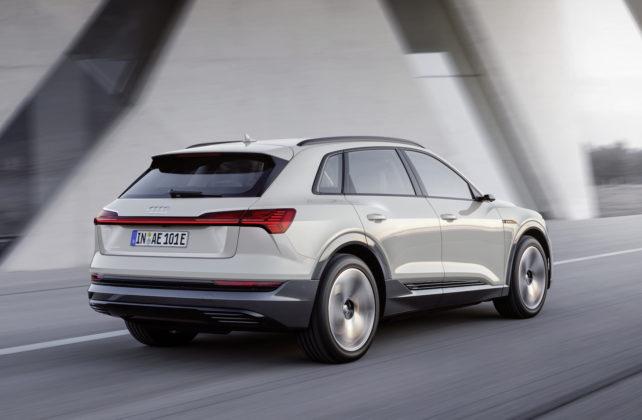 Audi e-tron bianca movimento