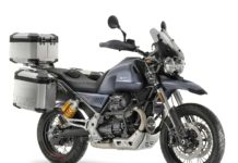 Moto Guzzi V85 TT grigia con borse 3/4 anteriore